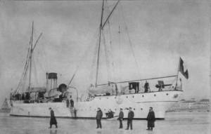 """Крайцера """"Надежда"""" скован в лед 1904 г. Екипажът му стъпил на леда"""