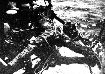 """Първата извадена и фотодокументирана Y - образна котва по нашето Черноморие (юли 1965 г.) на носа на у/к """"Дръзки"""" (снимка автора)."""