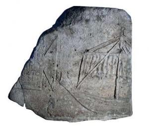 Плоча над античен саркофаг, намерена край Варна. Ясно се вижда по-голямата част от едномачтов кораб, изобразен върху капака.